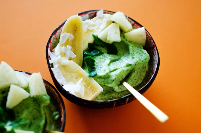 These Pineapple Spinach Smoothie Bowls are a tropically delicious and healthy breakfast to kickstart your day (and with just THREE ingredients, guys!)