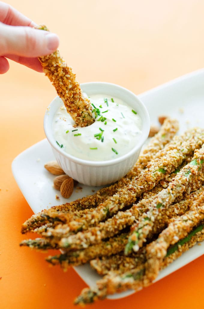 These Parmesan and Almond Asparagus Fries are a low carb, way delicious way to spruce up your side dish tonight.
