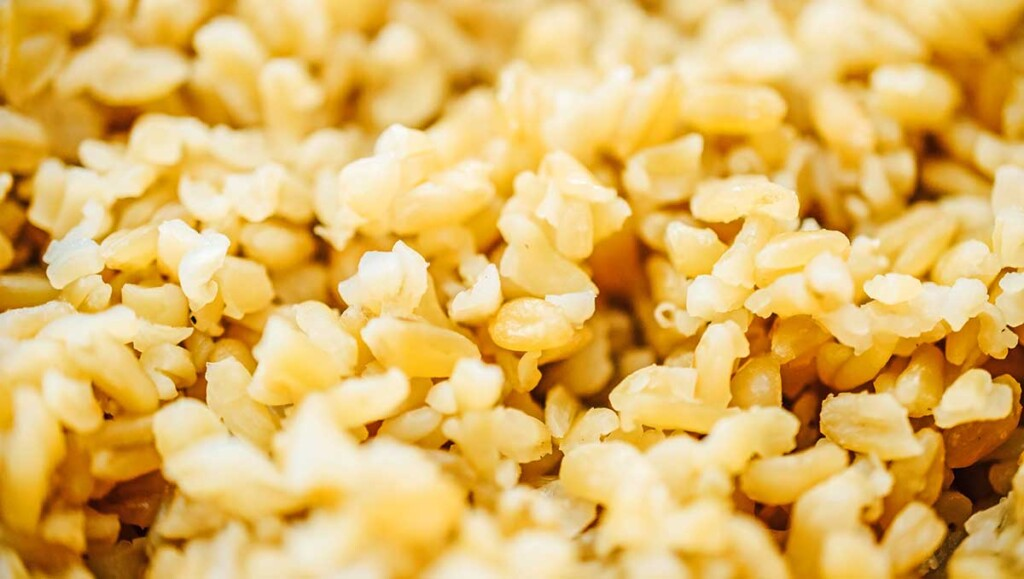 A close-up photo of cooked freekeh that displays the fluffy, cooked texture